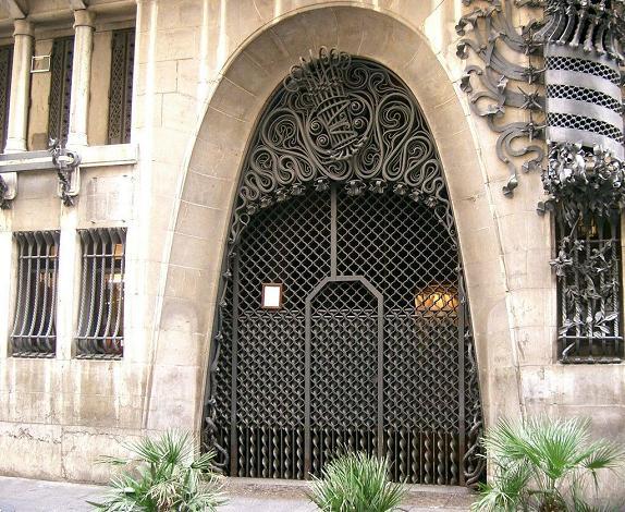 Ворота дворца Гуэля