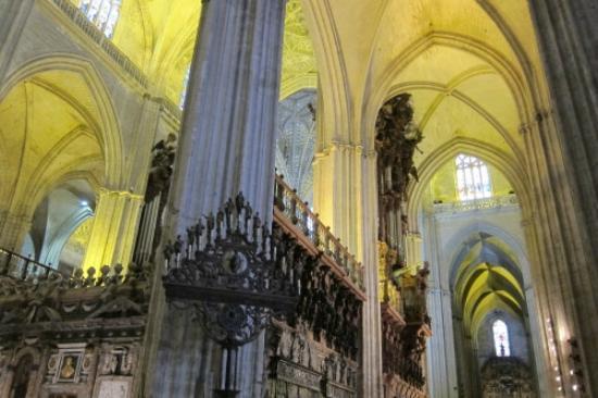 интерьер кафедрального собора в Севилье