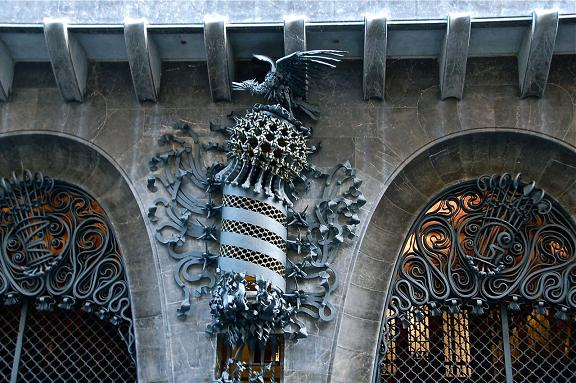 птичье гнездо во дворце Гуэля