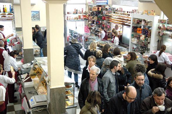 туристы в кафе Mallorquina