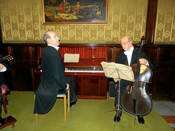 Музыканты в музее восковых фигур в Барселоне