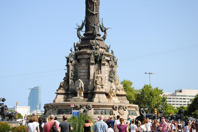 Скульптуры на памятнике Колумбу