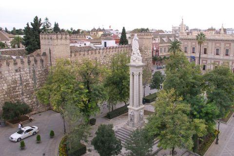 статуя и Алькасар на Триумфальной площади
