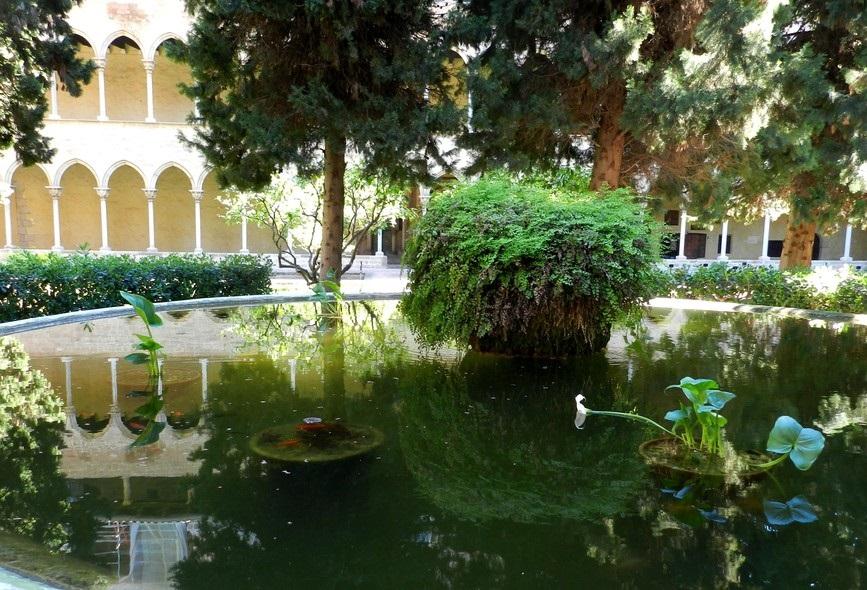 Озеро (пруд) в саду монастыря Педральбес