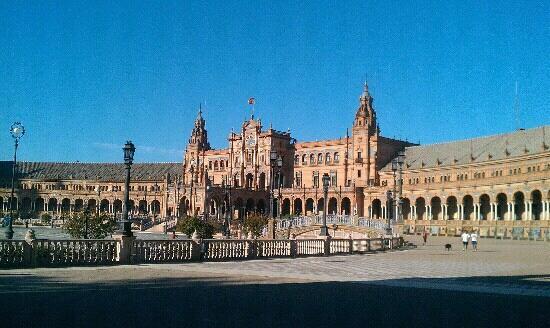 Вид на музей с площади Испании