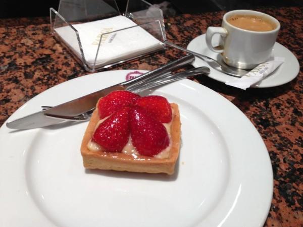 Пирожное в кондитерской Барселоны